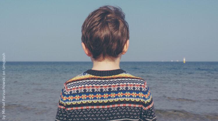 chłopiec na tle morza