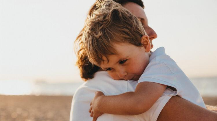 chłopiec przytula mamę